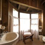 Правильный санузел в деревянном доме с мультиокном