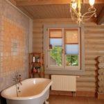 Практичный дизайн ванной в деревянном доме