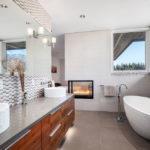 Ванная с окном в квартире-студии