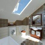 Потолочное окно в мансардном санузле
