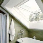 Массивное окно в ванной с откидным механизмом