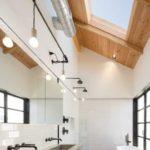 Потолочное окнов ванной в стиле эко