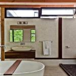 Окна в санузле под потолком