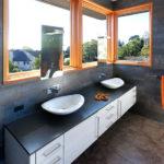 Монтаж зеркал у окна в ванной