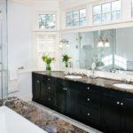 Массивное зеркало под окном в ванной