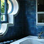 Фигурная рама для окна в ванной