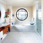 Круглые окна в ванной с нестандартными рамами