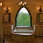 Окно с арабскими нотками в интерьере ванной