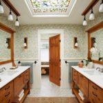 Потолочное фальшокно с витражом в ванной