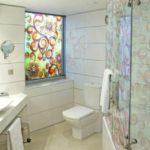 Имитация окна из световой панели в ванной