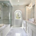 Окно в ванной - органично и со вкусом