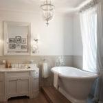 Потолок с высоким карнизом в ванной
