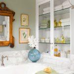 Стекляная полка в ванной