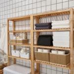 Деревянный стеллаж в ванной