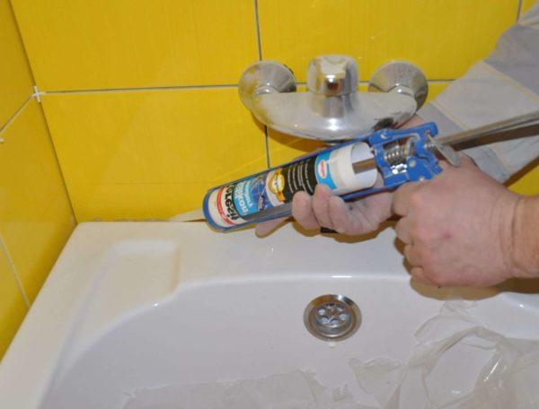 Нанесение герметика между раковиной и стеной