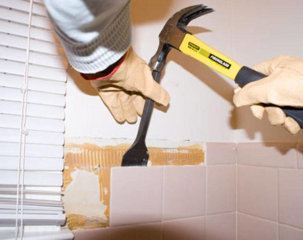 Демонтаж плитки зубилом и молотком