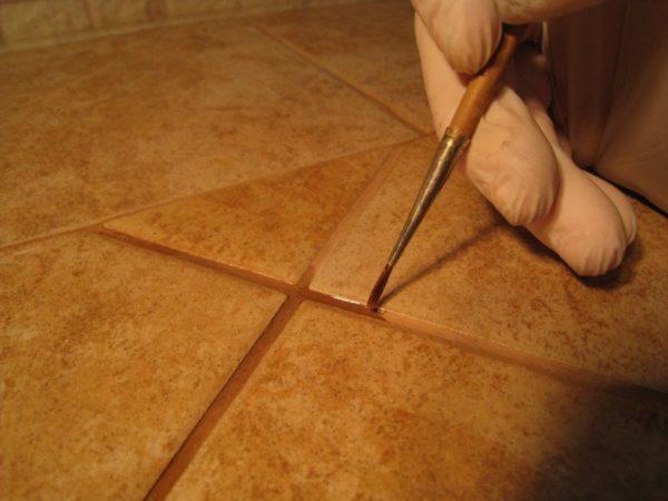 Подкрашивание швов кистью