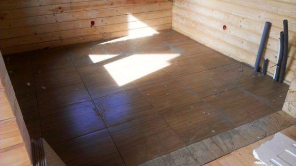 Деревянное перекрытие в доме из бруса, облицованное керамогранитом