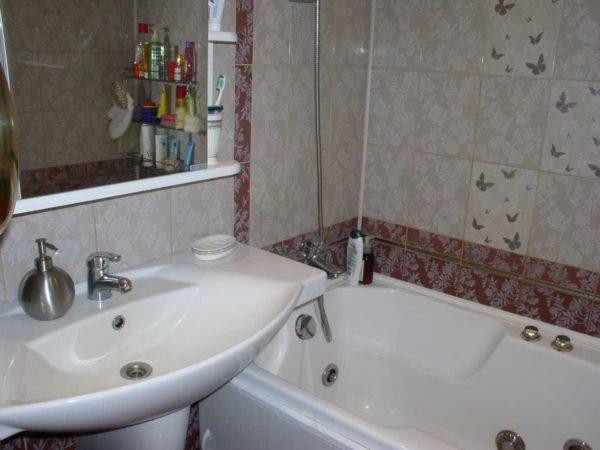 Отдельные смесители на раковине и ванной