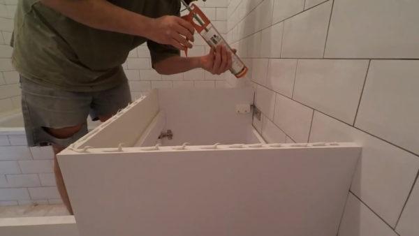 Нанесение герметика перед установкой раковины