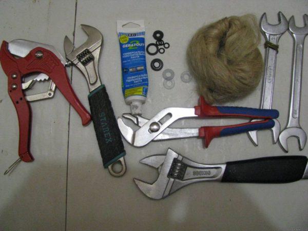 Инструмент и расходники для замены смесителя