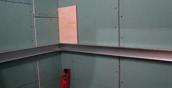 Профиль в качестве опоры для нижнего ряда плитки