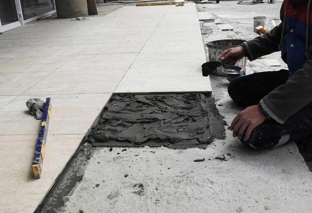 как положить плитку на старый бетон