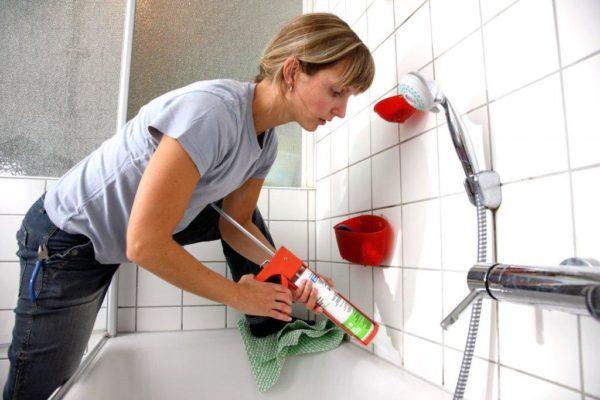 Заделка шва между ванной и стеновой плиткой герметиком
