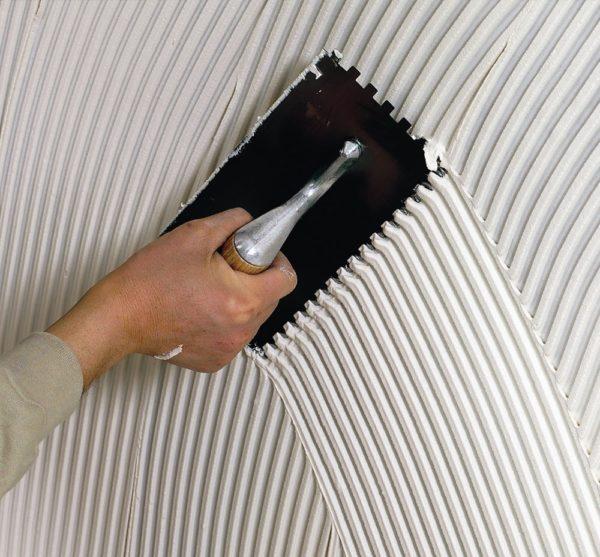 Нанесение клея зубчатой гладилкой