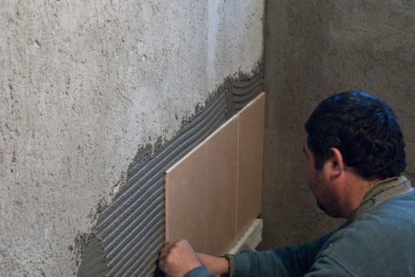 Оклеивание оштукатуренных стен кафелем