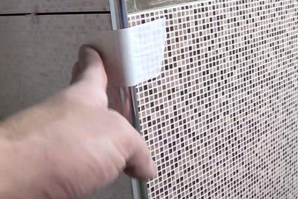 Прижимание раскладки скотчем
