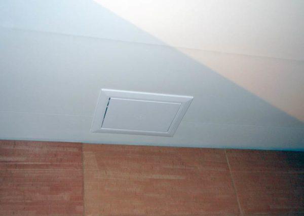 Потолочный люк внутри ванной комнаты