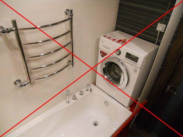 Не самый удачный пример расположения стиральной машины и розетки для нее