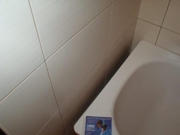 Широкая щель между ванной и стеной