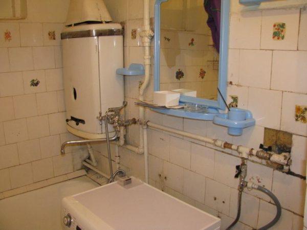 Газовая колонка, установленная в ванной комнате изначально