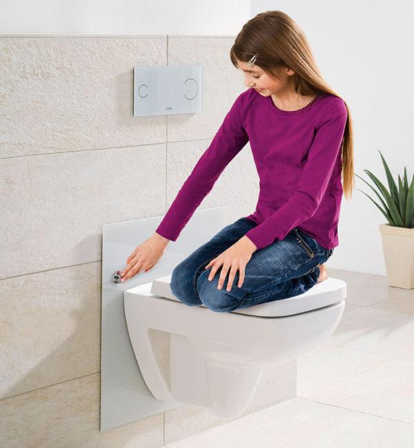 Сантехнический прибор, закрепленный на инсталляции, свободно выдерживает вес человека