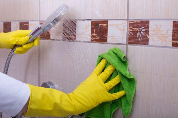 Процесс смывки химического состава с поверхности плитки