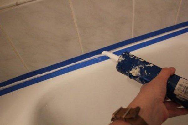 Борт ванны приклеивается к стене при заделке герметиком