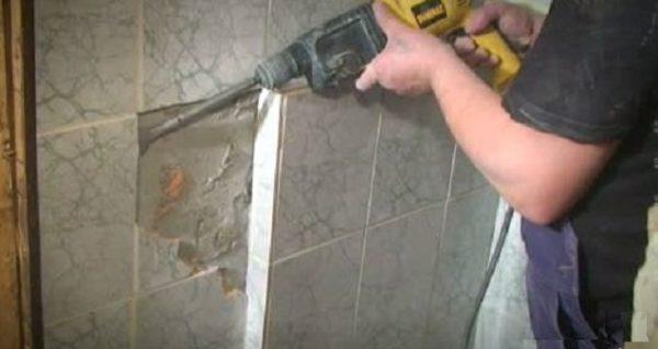 Демонтаж старой плитки на цементном растворе
