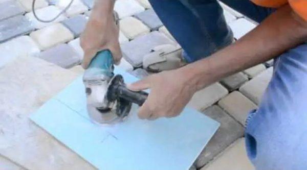 Вырезание отверстия болгаркой в плитке под наклоном