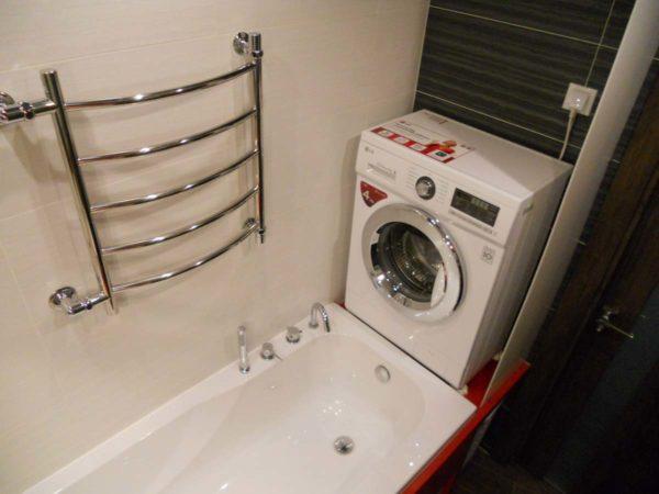 Установка машины для стирки над торцом ванны