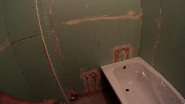 Выравнивание стен санузла гипсокартонном под кафель