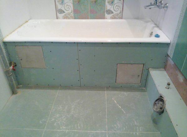 Глухой экран под ванной с двумя ревизионными люками