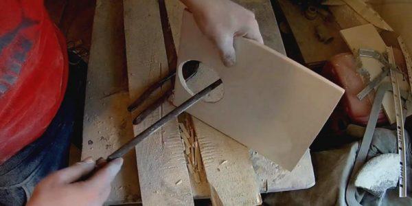 Обработка края отверстия рашпильным напильником