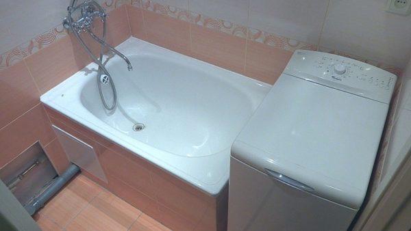Установка бытовой техники возле ванны