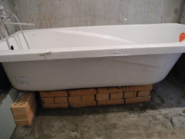 Монтаж акрилового сантехнического изделия на кирпичи