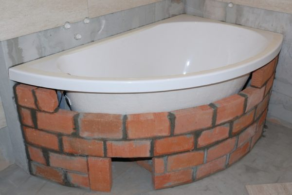 Кирпичный экран для угловой ванны