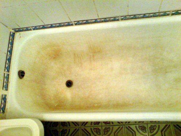 Старая чугунная ванна с известковым налётом и жёлтизной