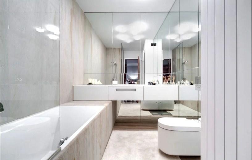 Расширение пространства ванной зеркалом большого формата