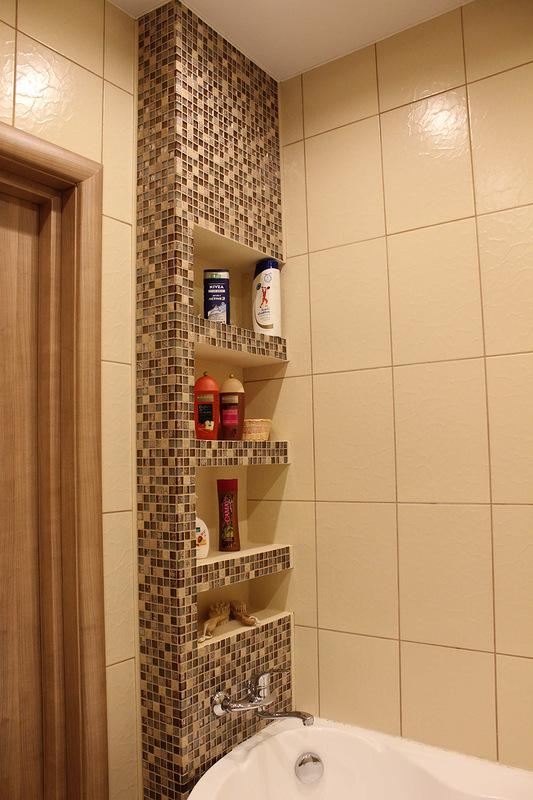 Полка между ванной и стеной